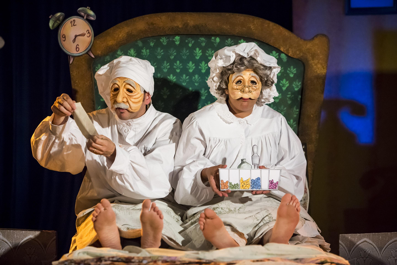 סבתא וסבא במיטה